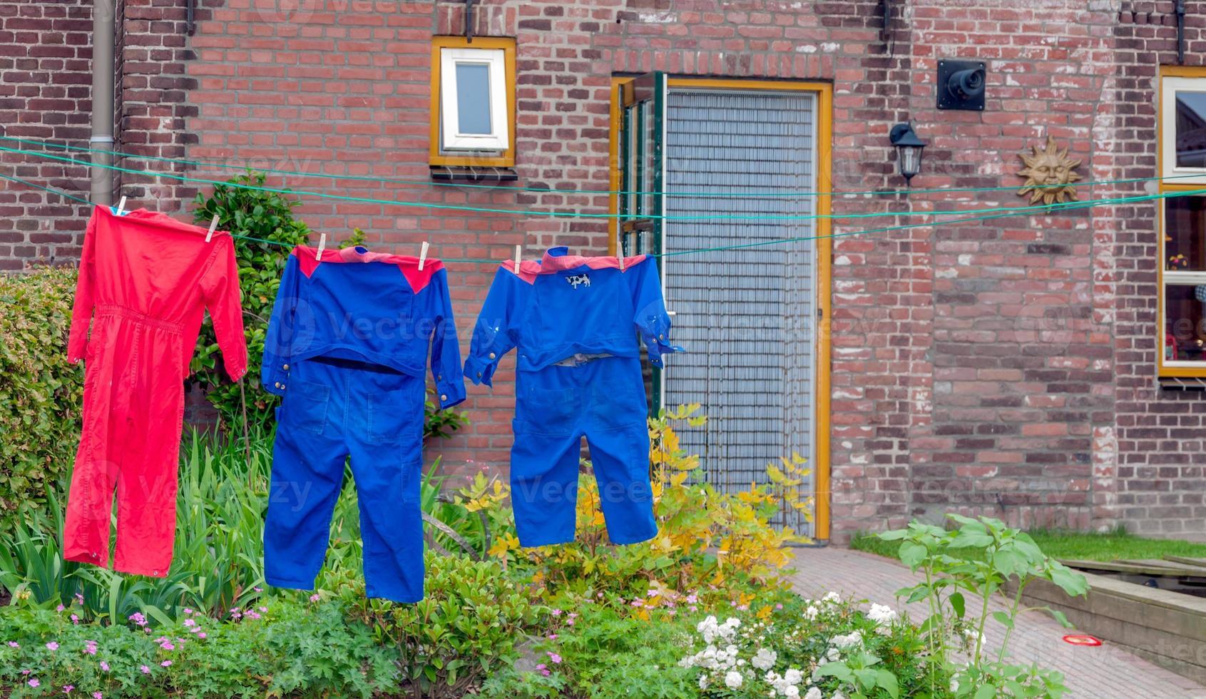 kleurrijke overall aan de waslijn van een boerderij foto