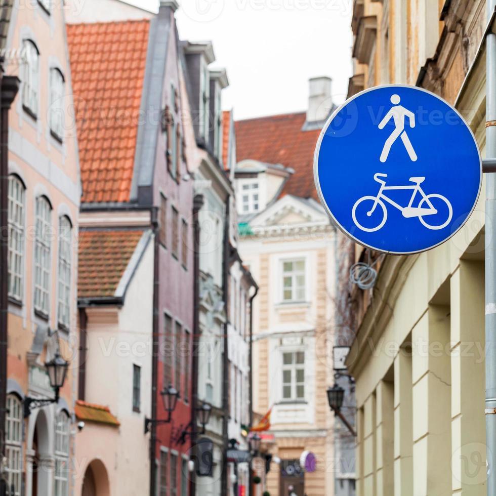 blauw voetgangersgebied verkeersbord in de oude stad foto