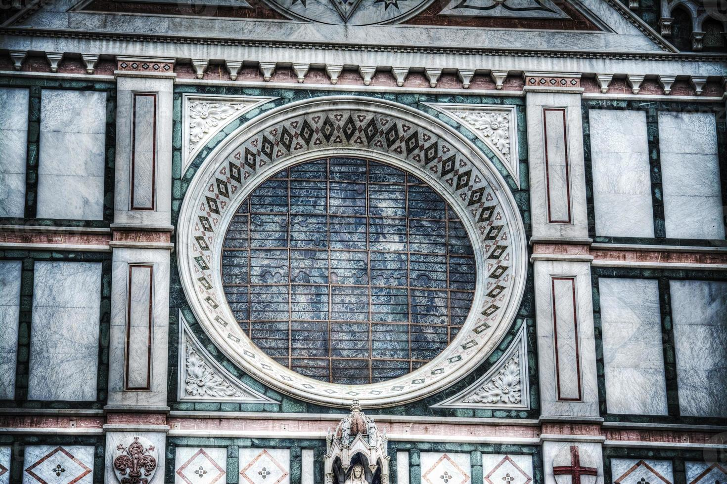 roosvenster in de kathedraal van santa croce in florence foto