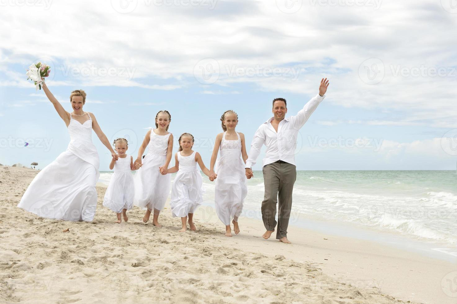 mooi paar met familie op huwelijksdag foto