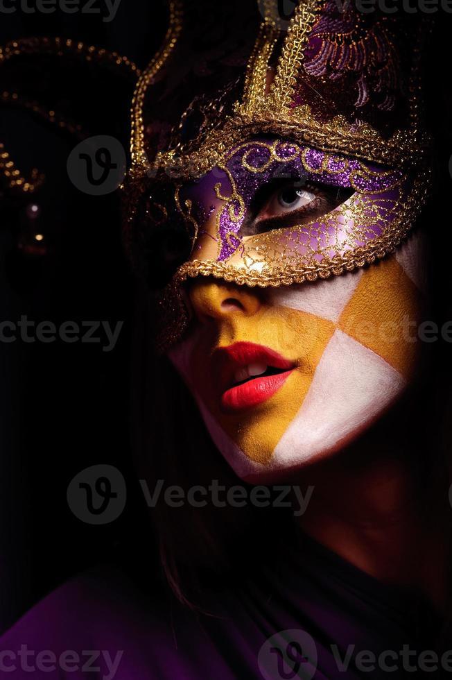 vrouw in feestmasker foto
