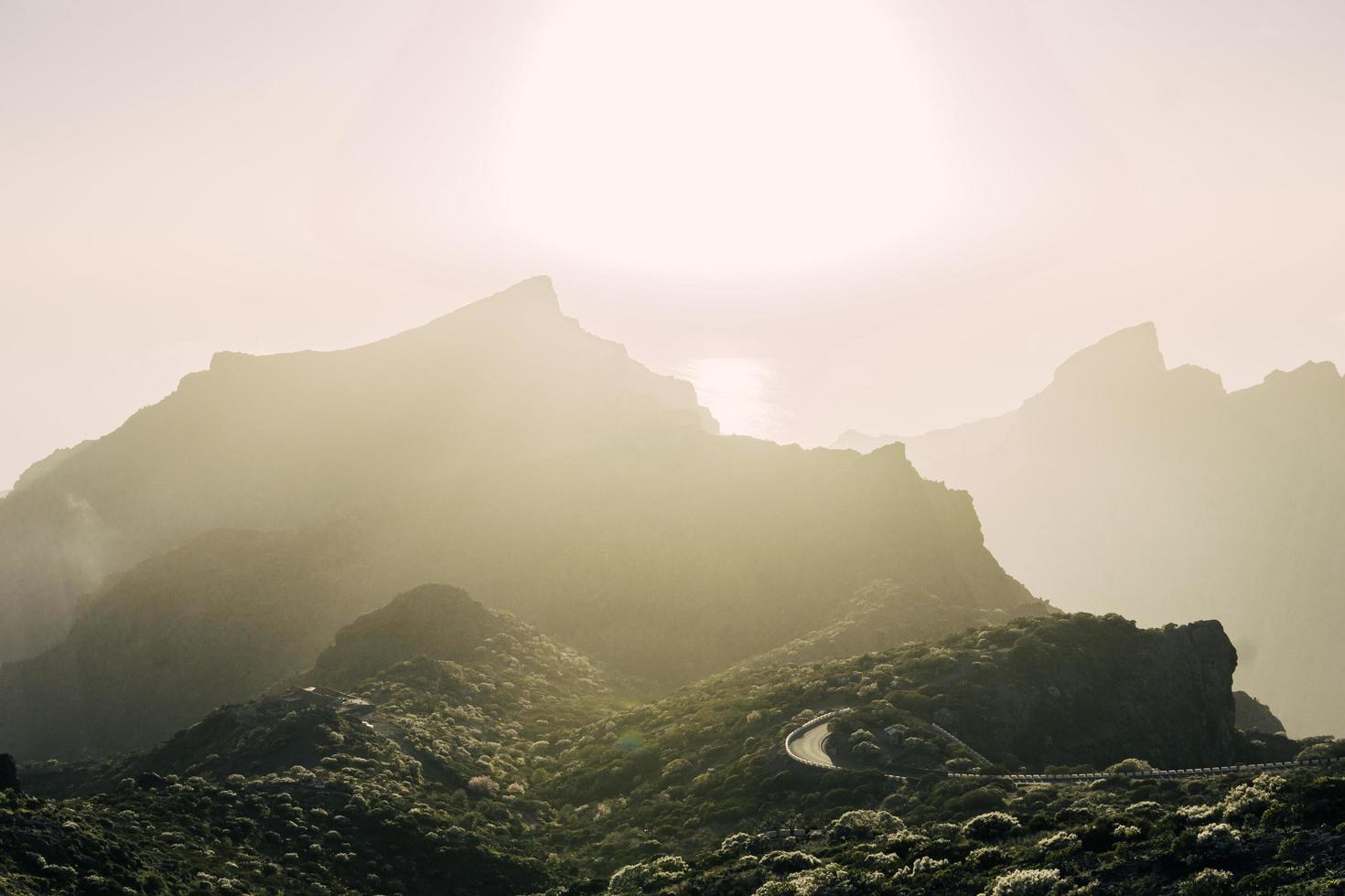 mistig uitzicht op bergen foto