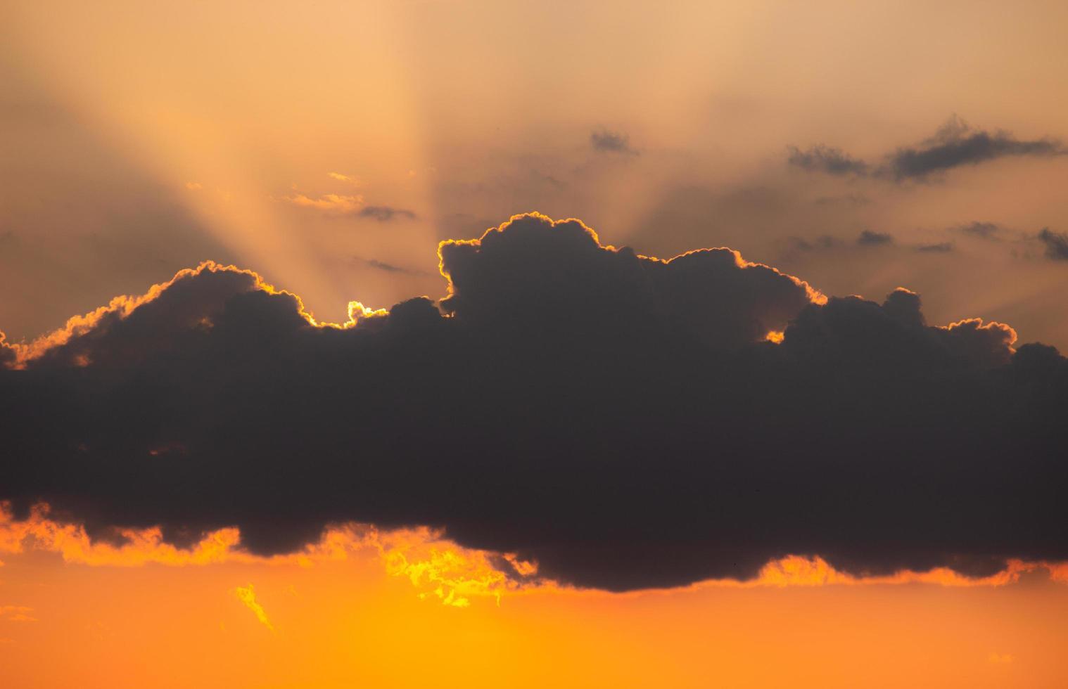 wolk voor zon bij zonsondergang foto