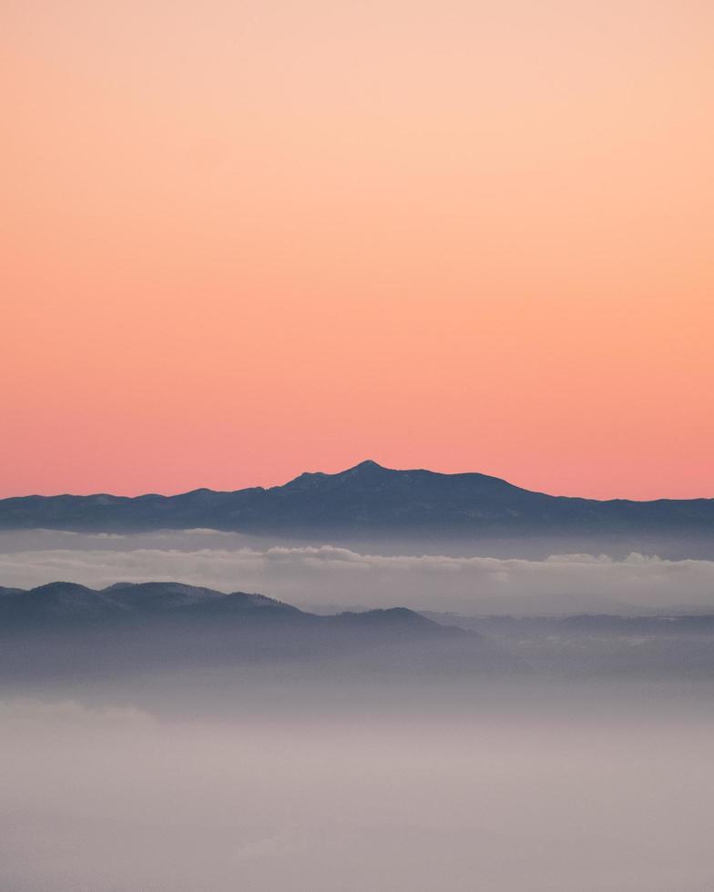 grijze berg onder avondrood foto