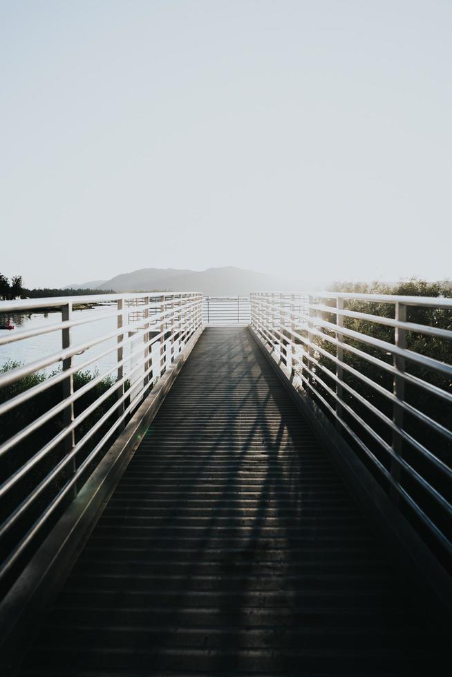 witte houten brug foto