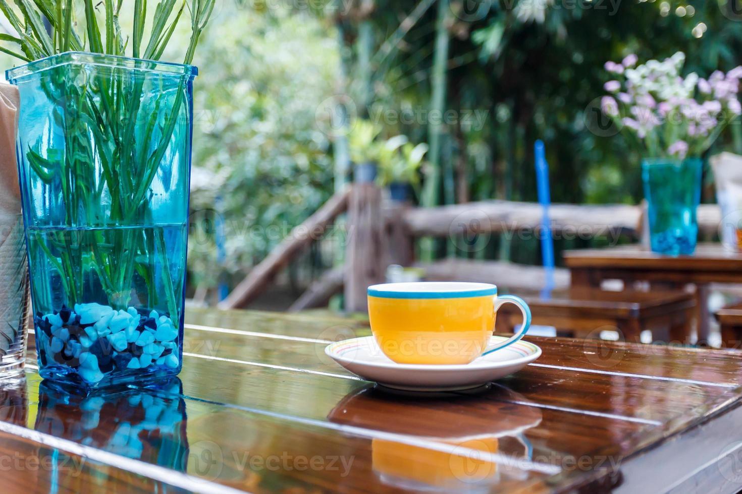 koffiekopje op tafel in café foto