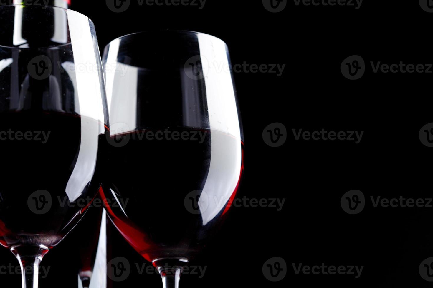 rode wijnglas silhouet zwarte achtergrond foto