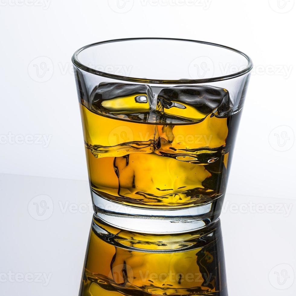 whiskyglas met eiswürfeln foto