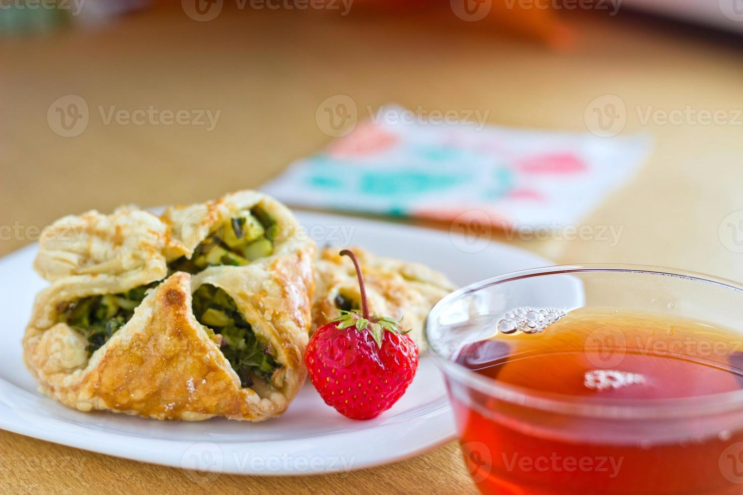 vers gebakken zelfgemaakte bladerdeeg taarten met kopje thee foto