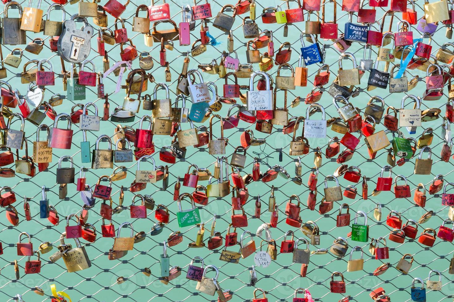 hangsloten die aan de brug over de rivier hangen foto