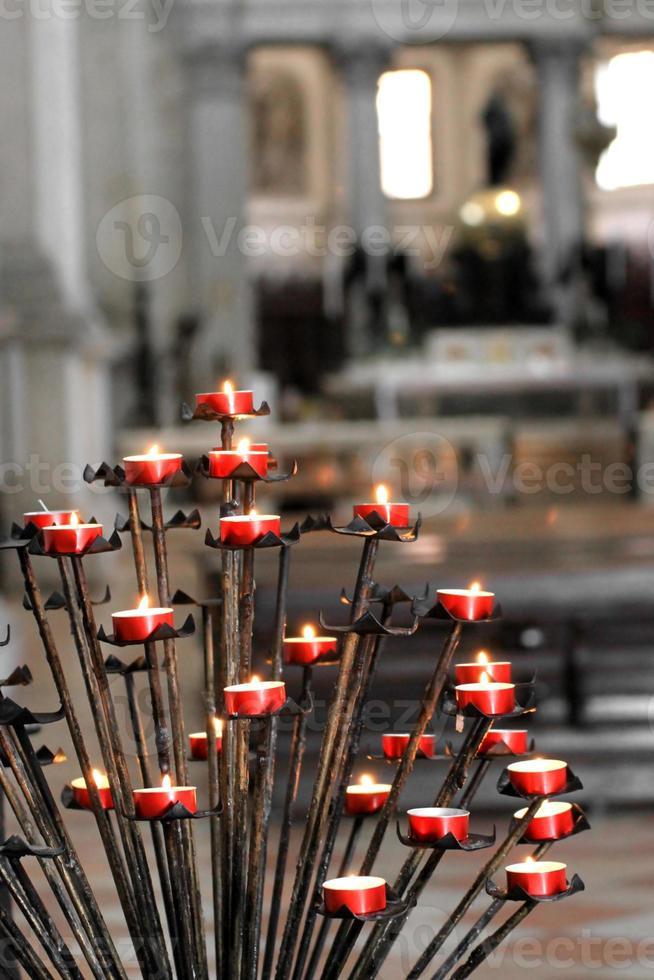 rode kaarsen in een kerk foto