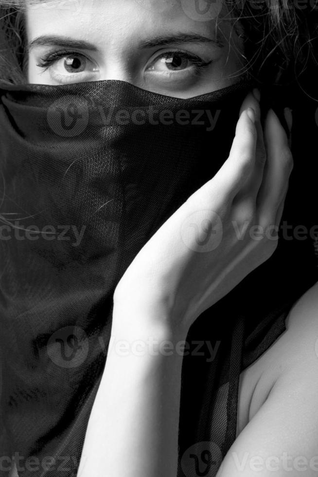 mooie vrouw met zwarte stof foto