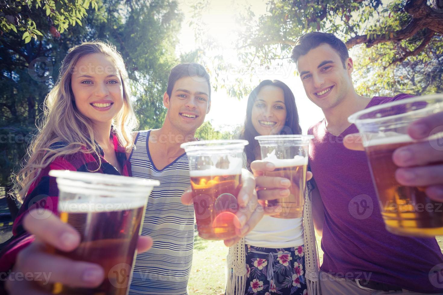 gelukkige vrienden in het park met bier foto