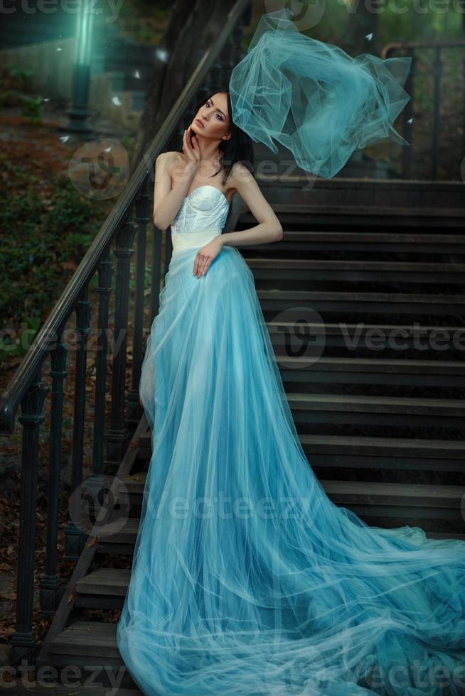 sprookjesblauwe lange jurk van een sprookje. foto