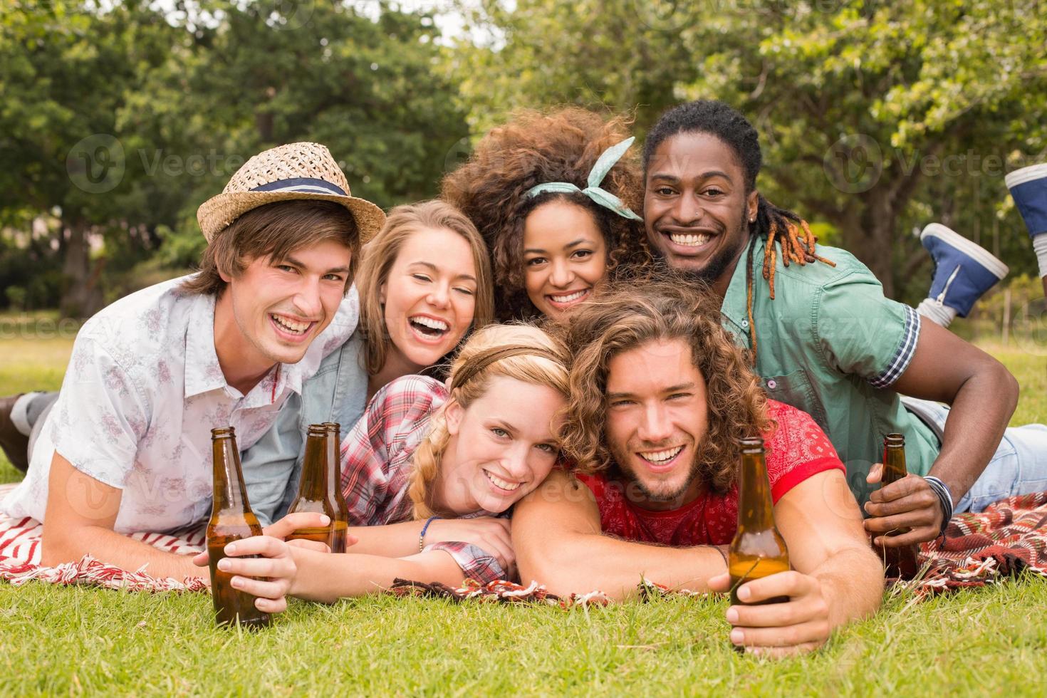 gelukkige vrienden in het park met picknick foto