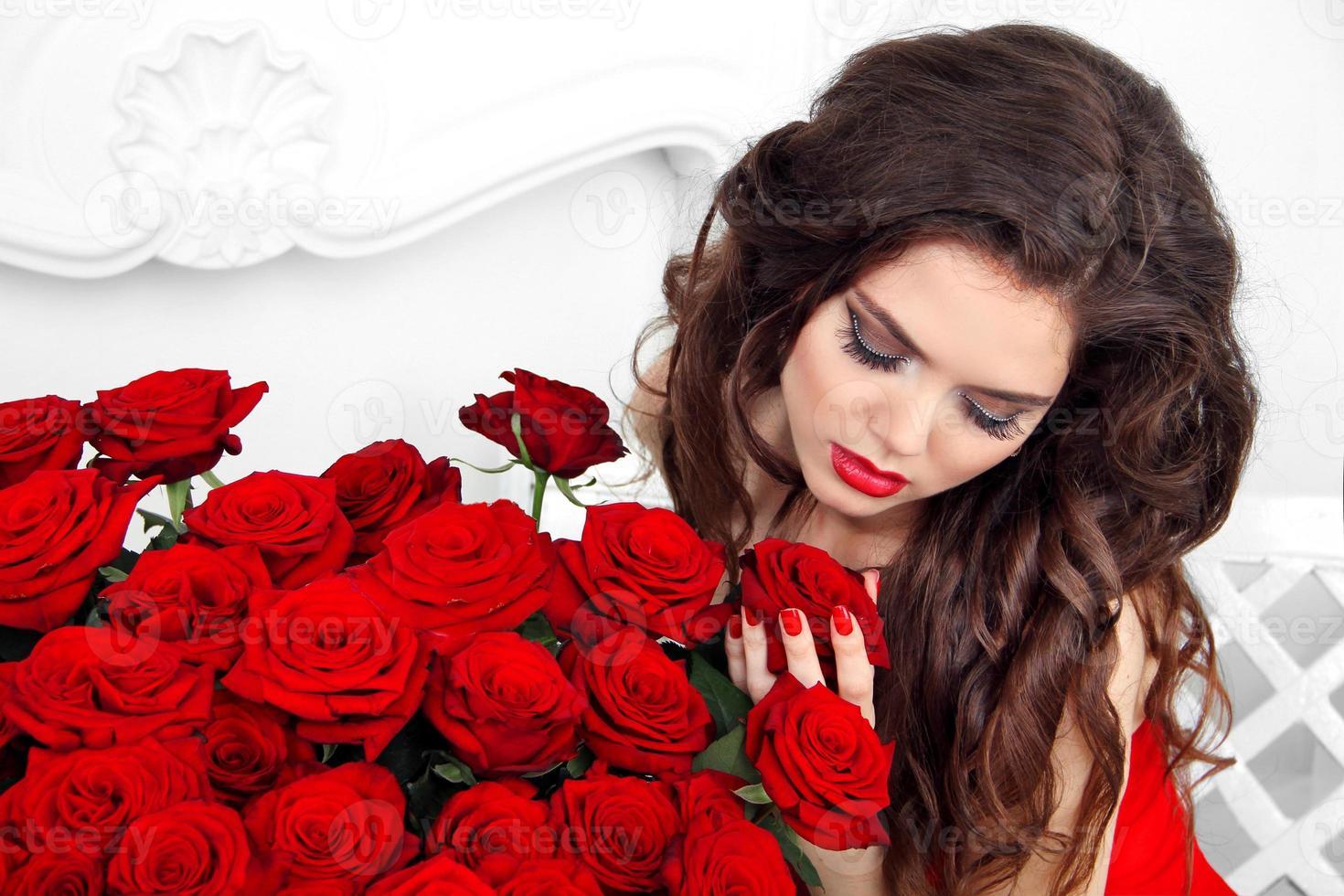 close-up portret van brunette vrouw met rode rozen boeket, foto