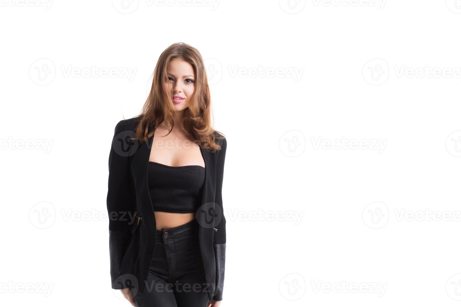 mode zelfverzekerde vrouw in zwarte kleding. foto