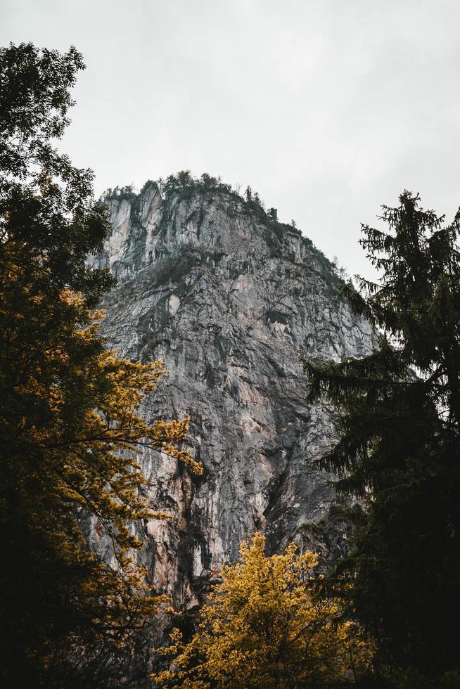 kijken naar rotsachtige berg foto
