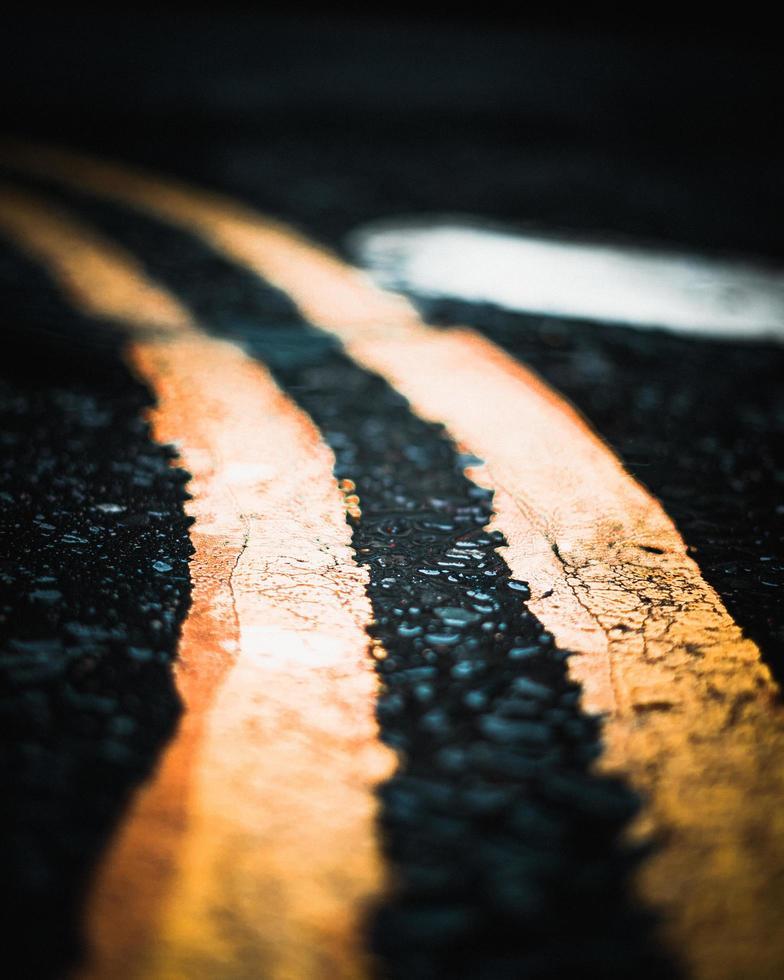 gele lijnen op de weg foto