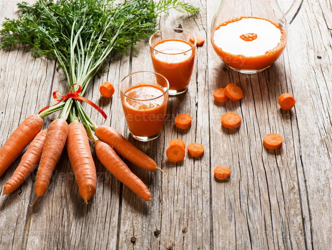 wortels en wortelsap foto