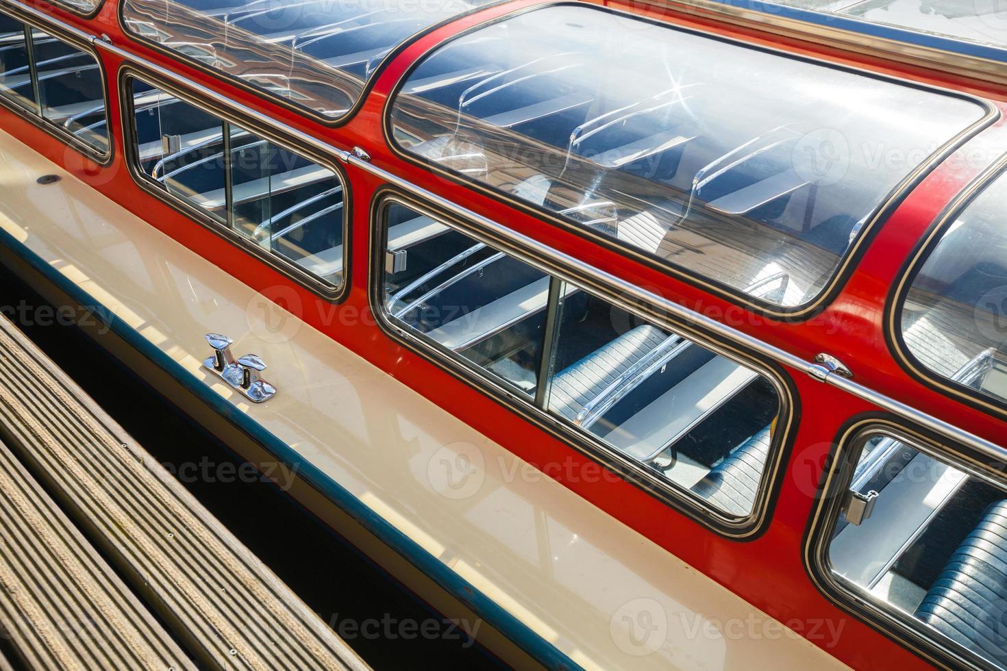 rode passagiers plezierboot fragment. amsterdam, koninkrijk der foto