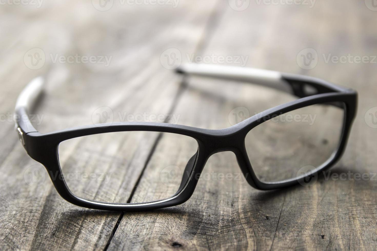 optische bril op houten achtergrond foto