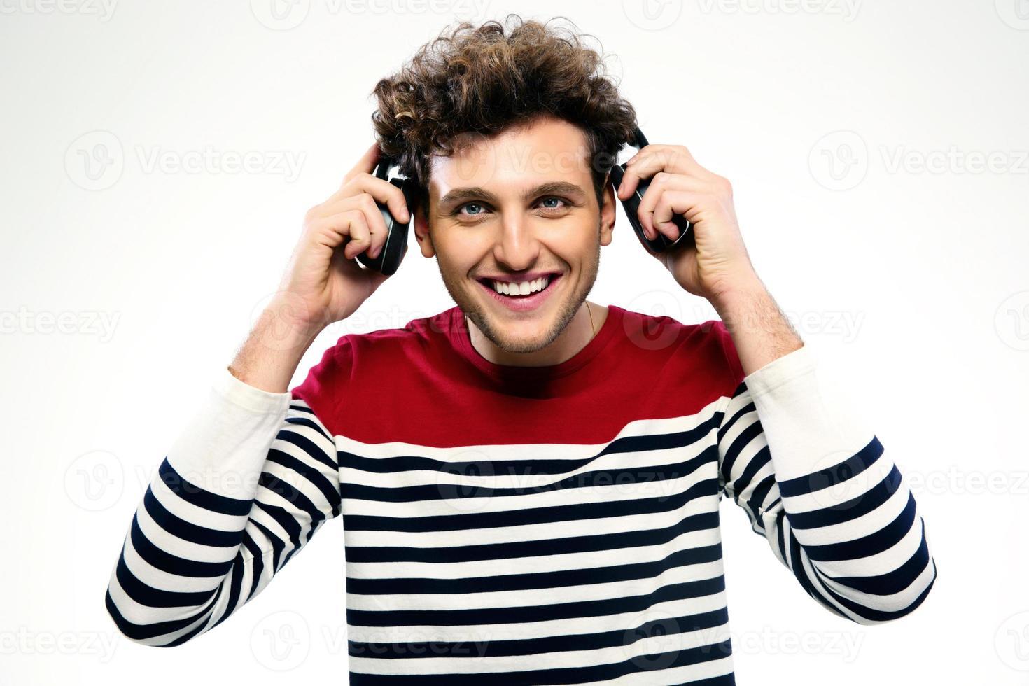 portret van een glimlachende man met koptelefoon foto