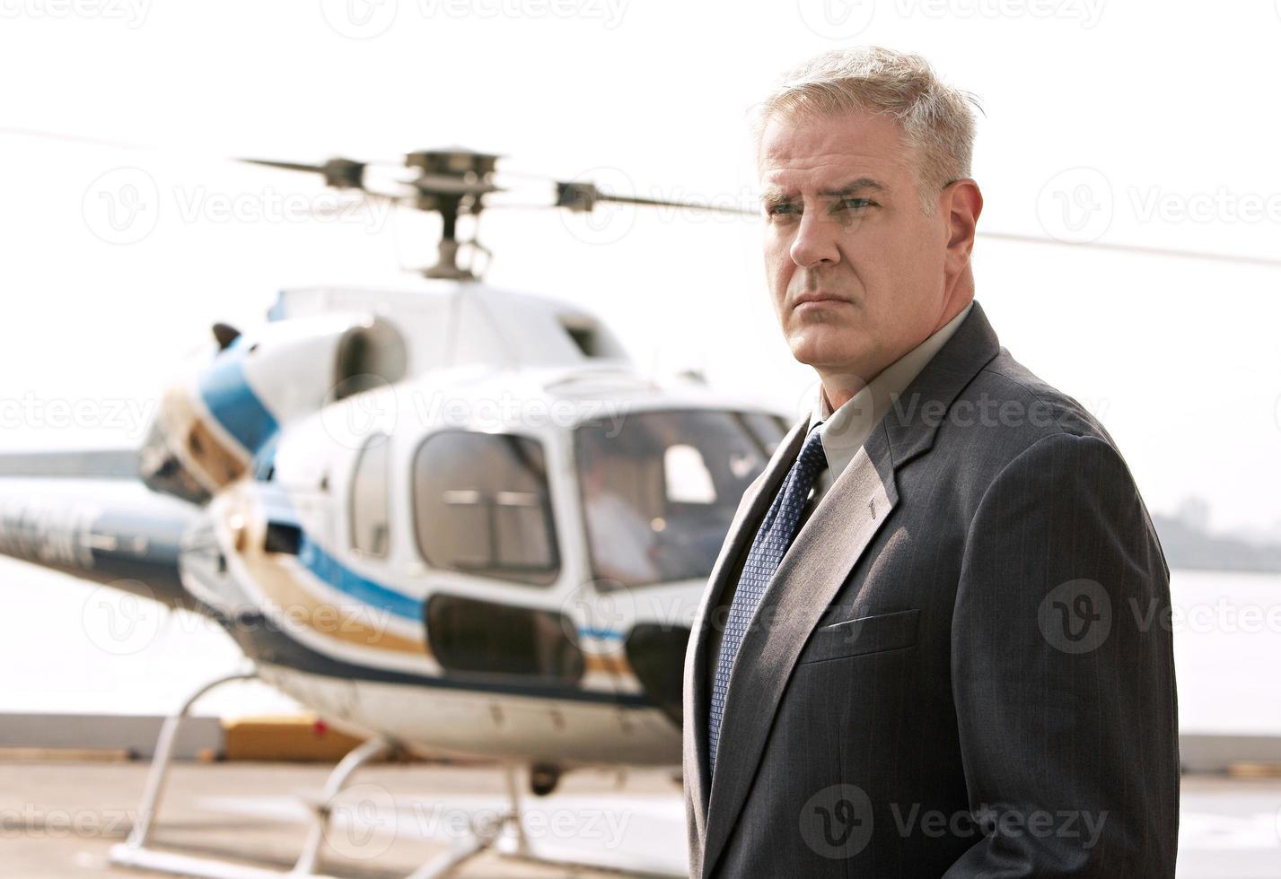 zakenman te wachten op het helikopterplatform foto