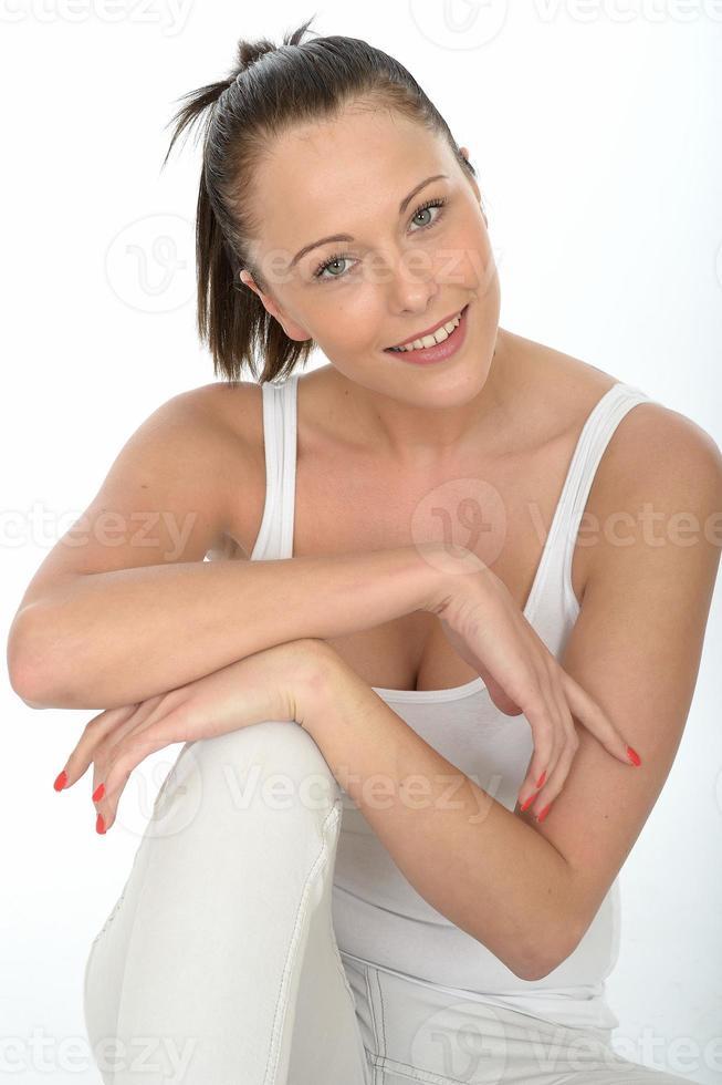 portretten van een gelukkige mooie jonge vrouw foto