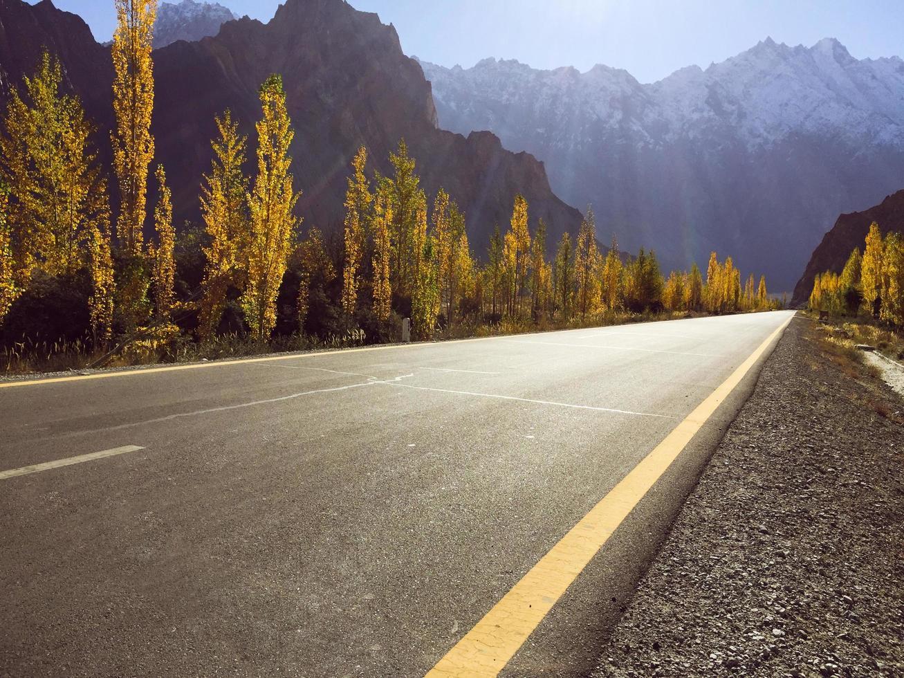 langs de weg van karakoram snelweg in de herfst, pakistan foto