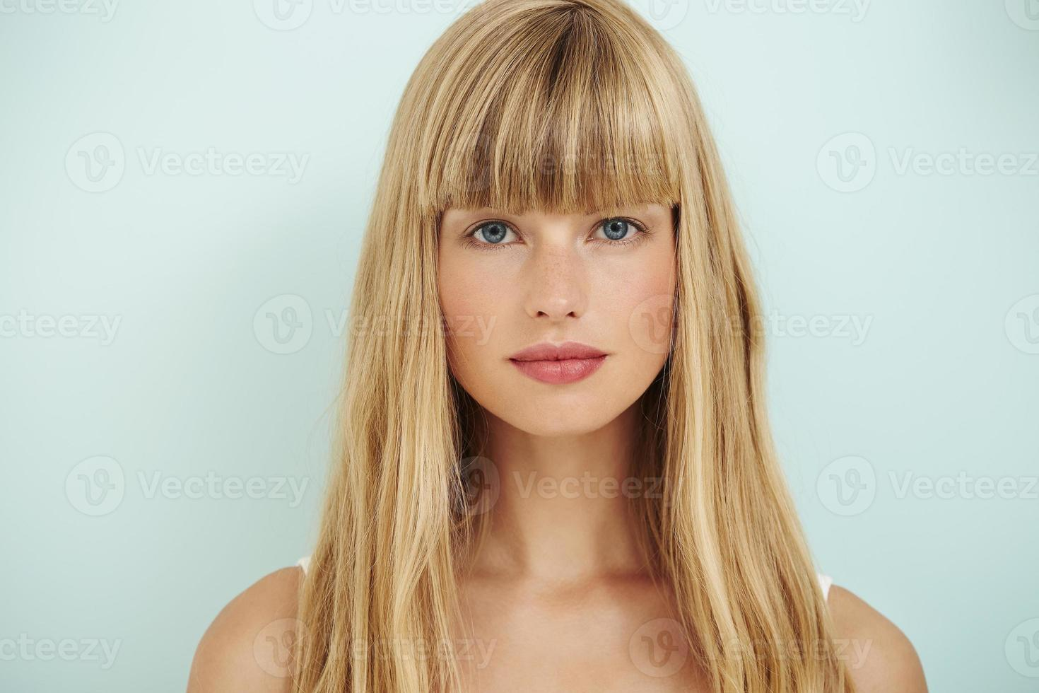 jonge blonde vrouw op blauw foto