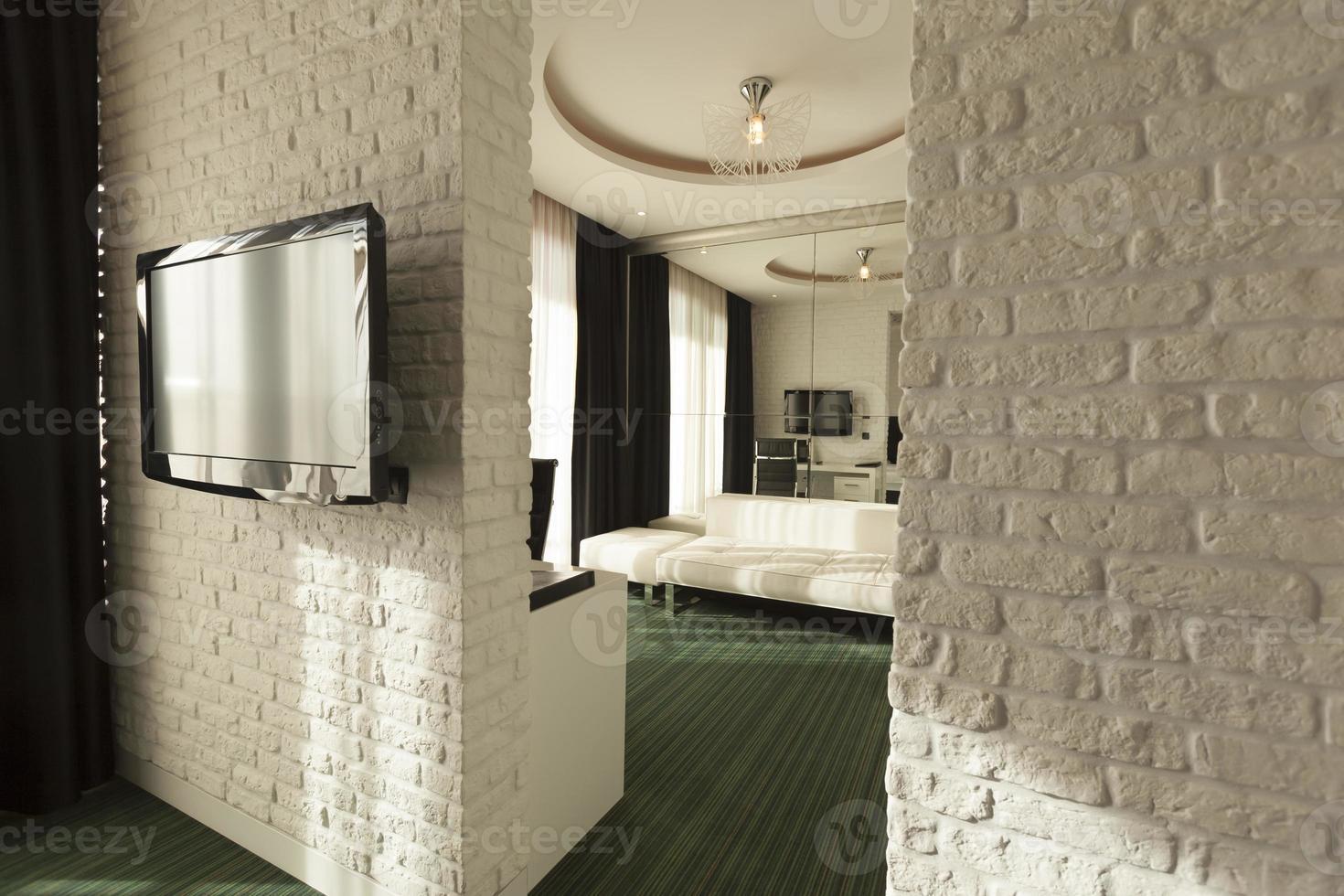 luxe hotelkamer deuropening in de ochtend foto