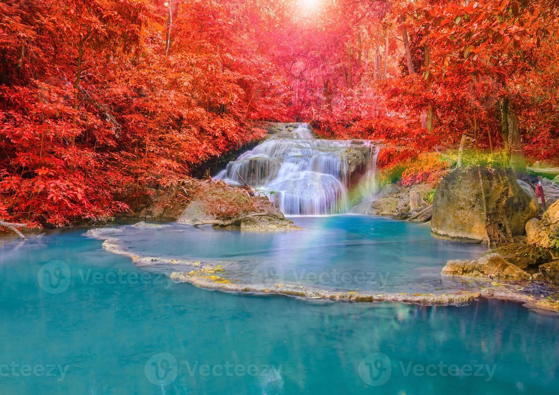 prachtige waterval met regenbogen in diepe bossen op nationaal niveau foto