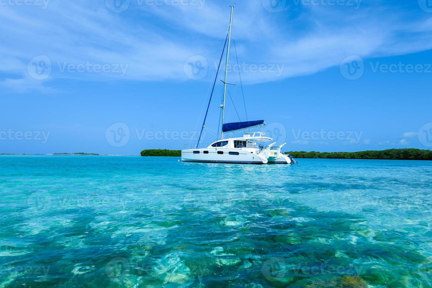 catamaran verankerd in de buurt van tropisch eiland in de caraïben foto