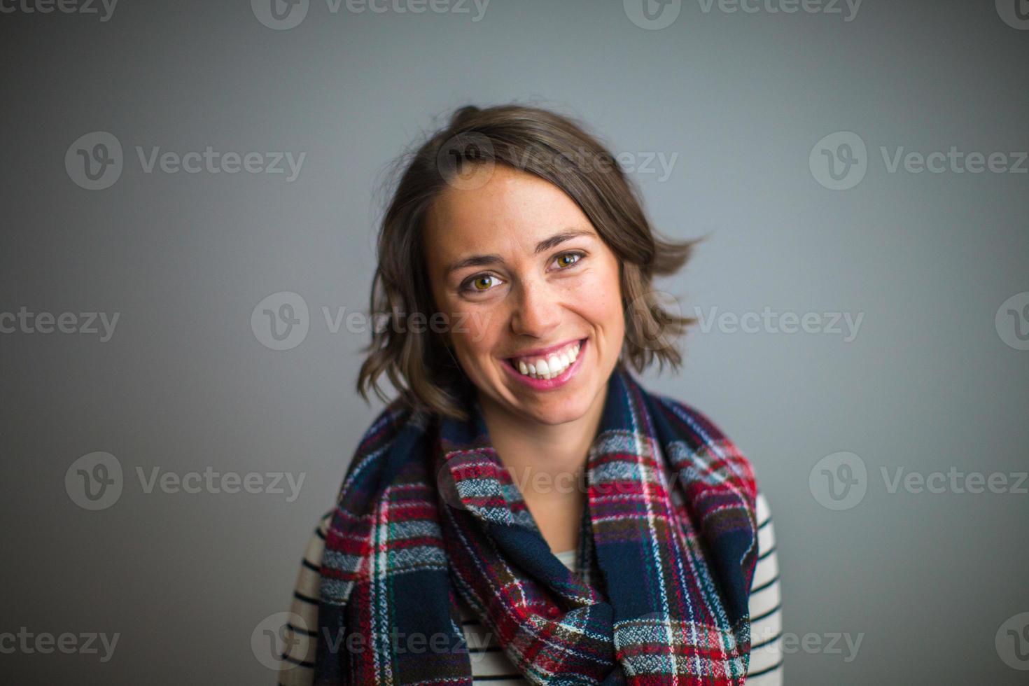 vrouw glimlacht met een blauwrode sjaal foto