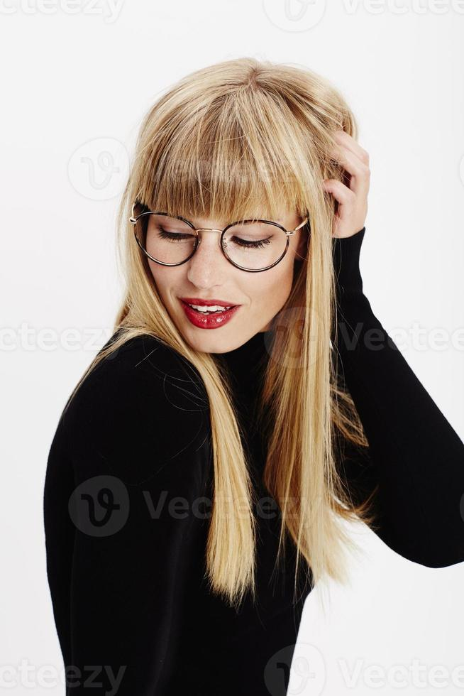 mooie jonge vrouw in glazen foto