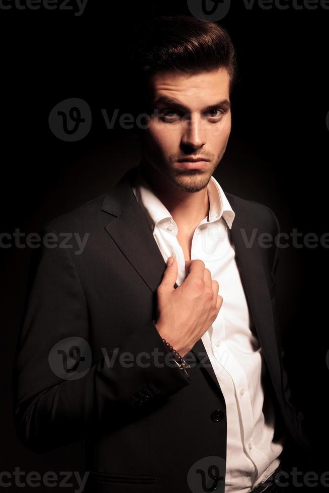 elegante man met zijn kraag foto