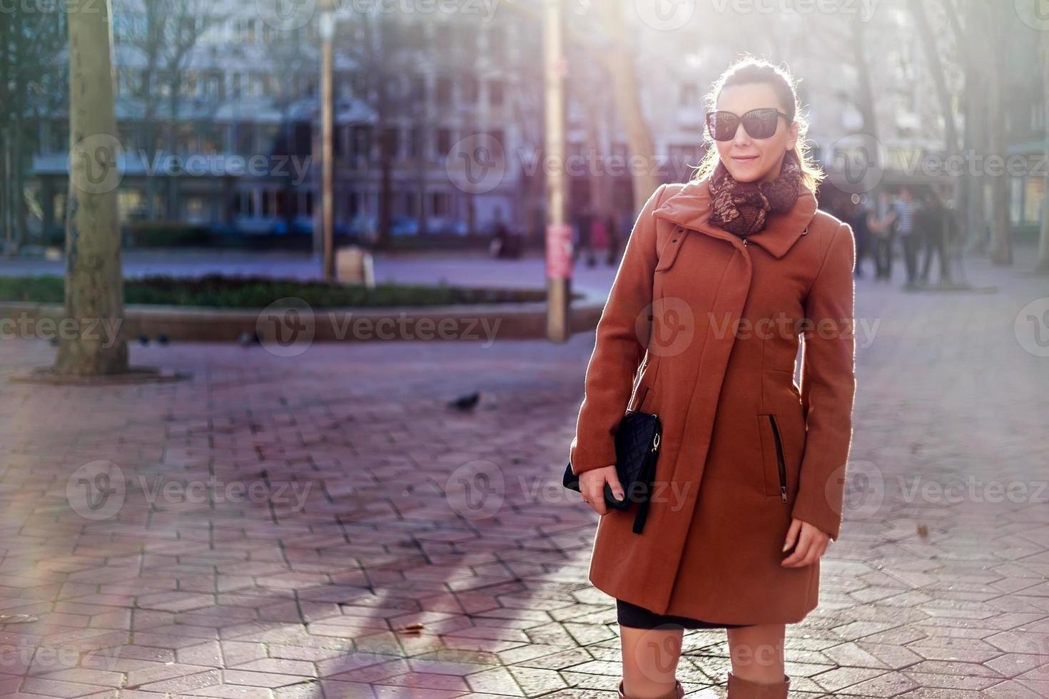 meisje permanent op het stadsplein en glimlachen foto
