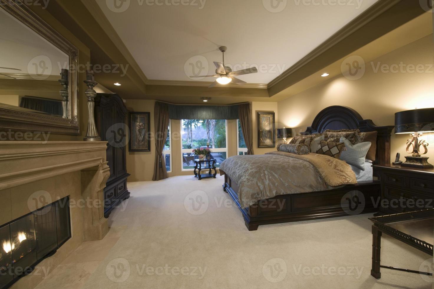 slaapkamer met donkerhouten meubelen foto
