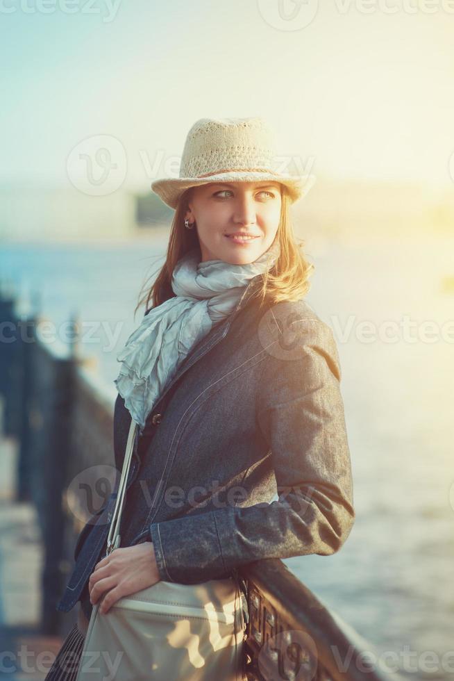 mooie vrouw in muts en sjaal foto