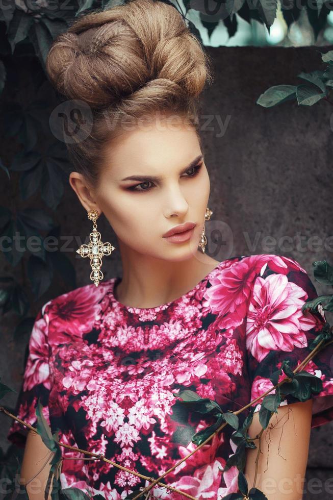 mooi meisje in roze dresson grunge achtergrond bladeren foto