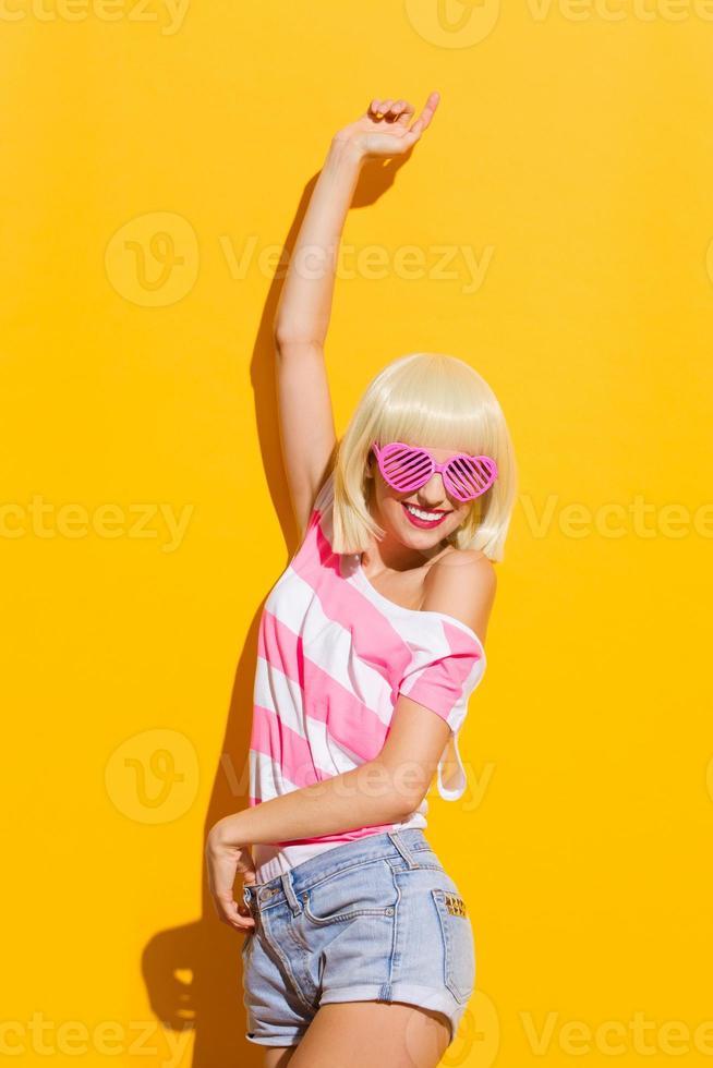 zorgeloos meisje in roze bril foto