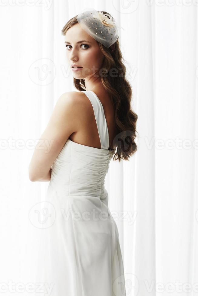 jonge bruid in trouwjurk, studio-opname foto