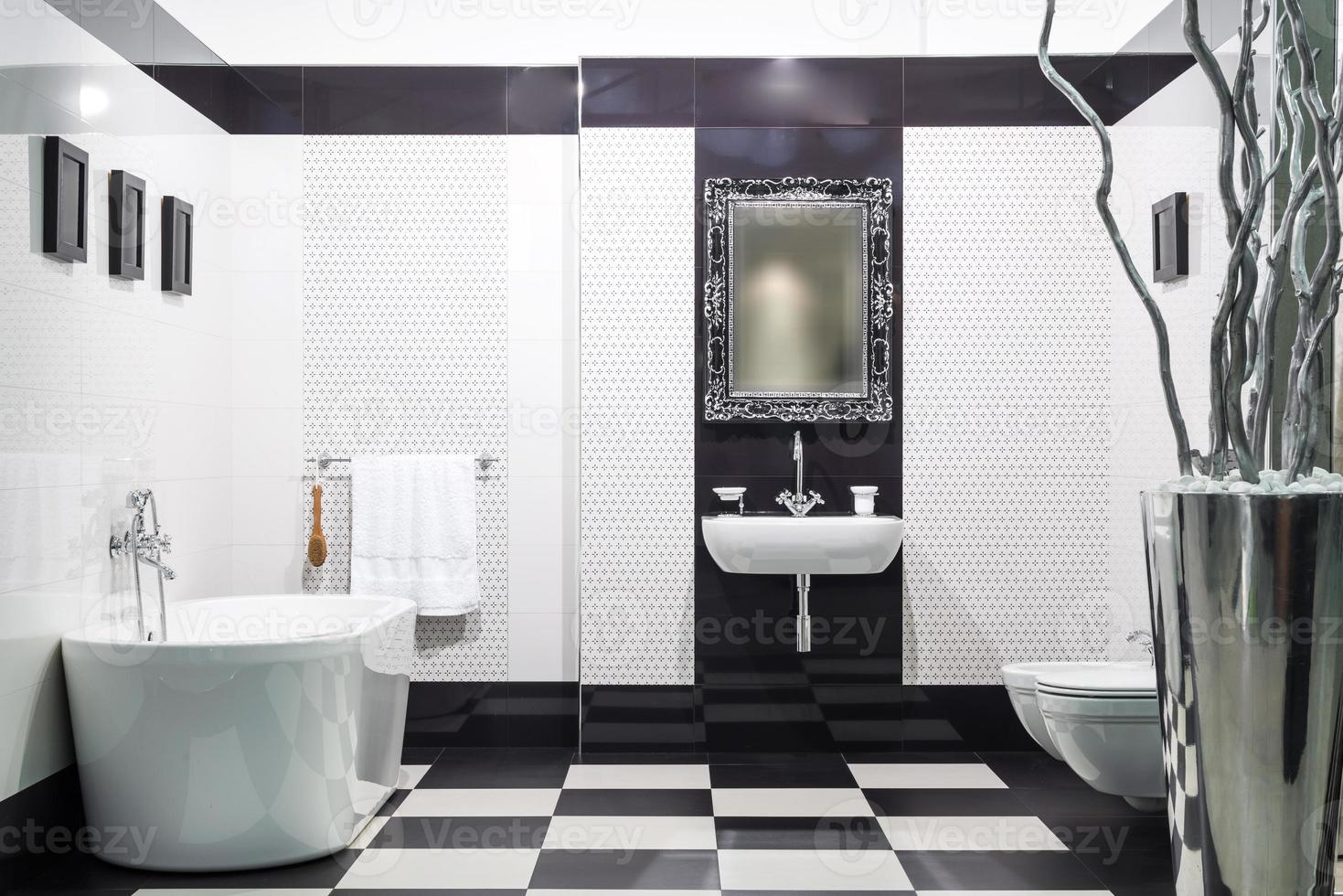 witte en zwarte badkamer foto