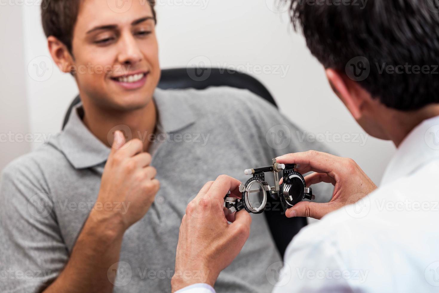 man kijkt naar de bril foto