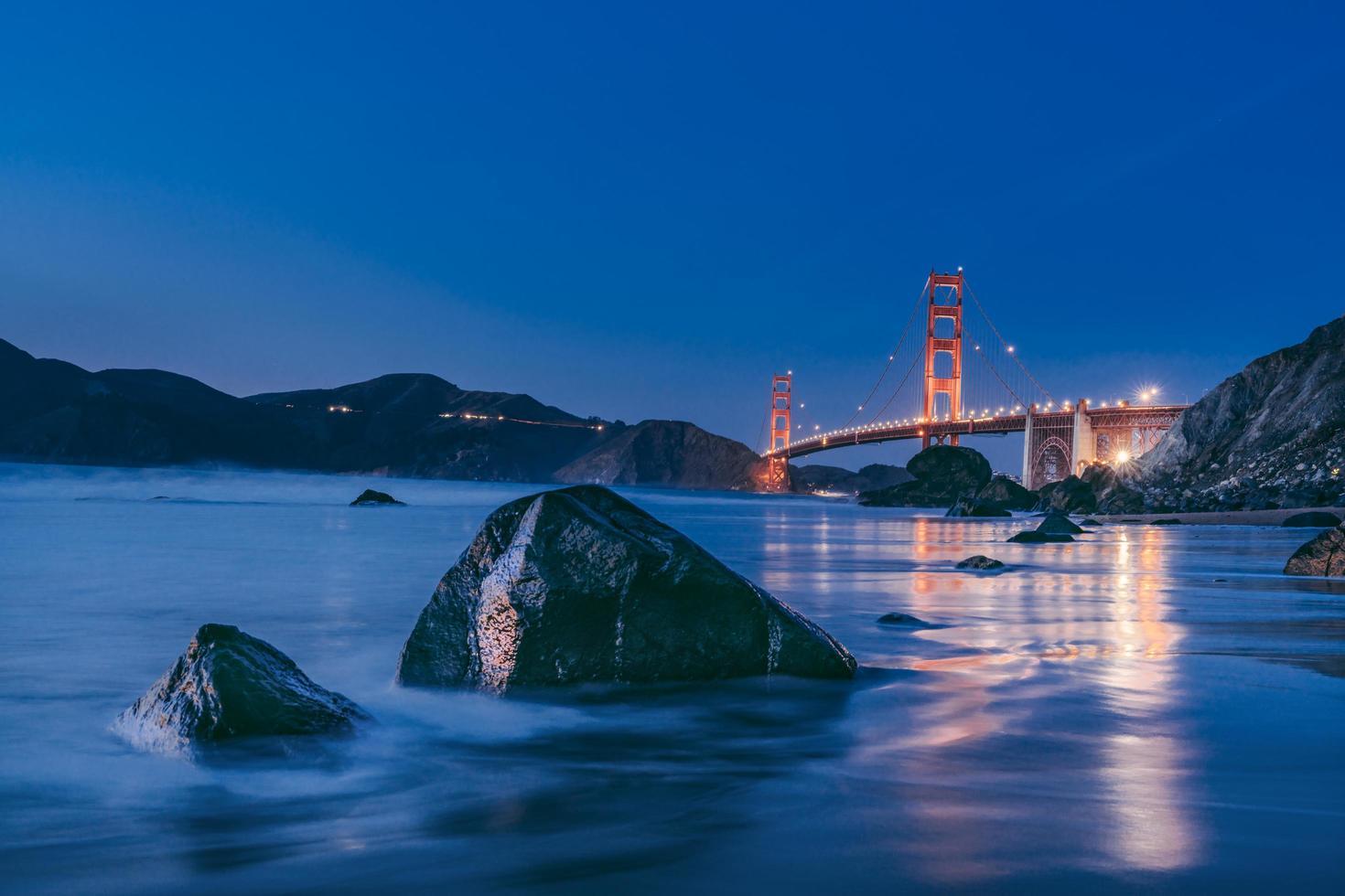 lange blootstelling van de golden gate bridge 's nachts foto