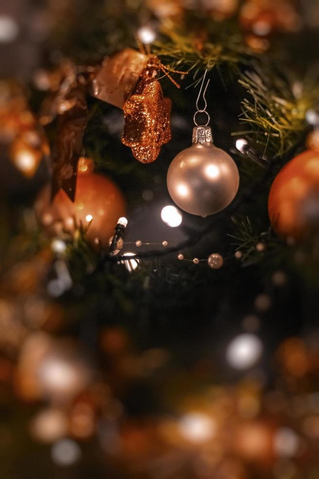 zilveren en gouden kerstversieringen foto