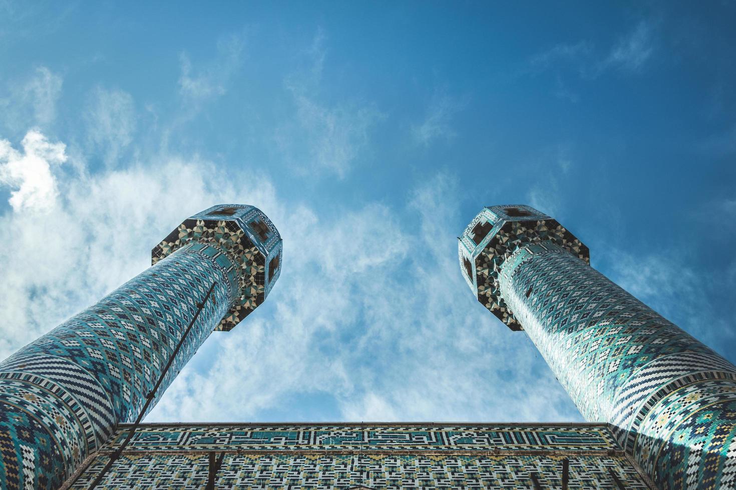 lage hoekfoto twee torens foto