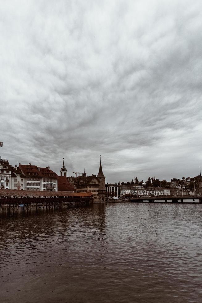 bewolkte scène aan de rivier foto