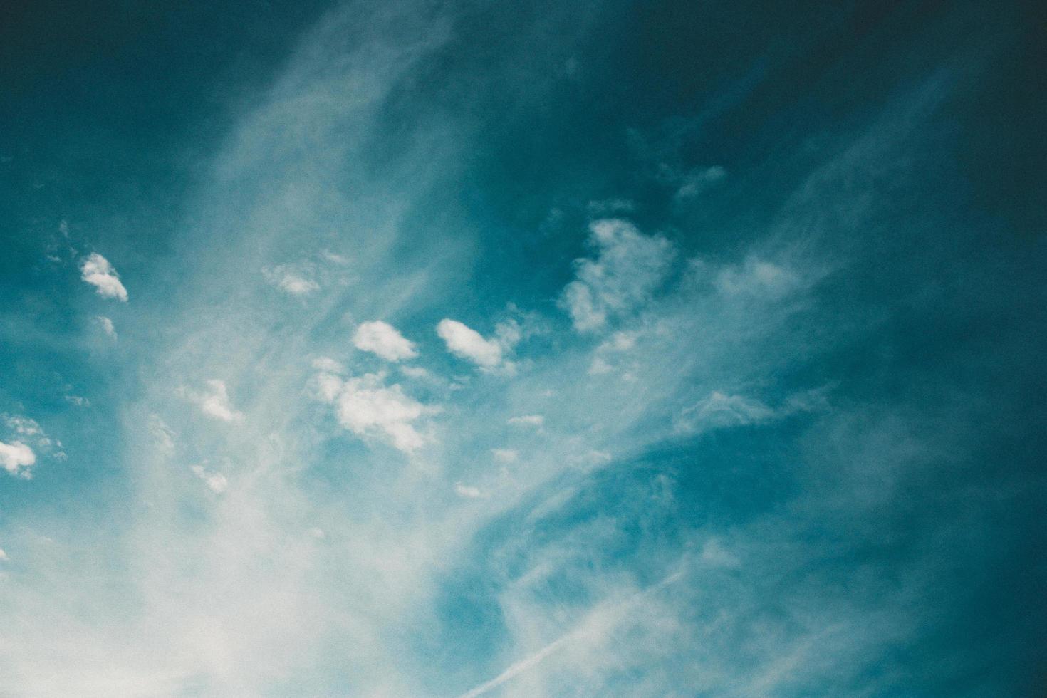 witte schilderachtige wolken foto